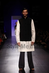 Manish-Malhotra-at-Lakmé-Fashion-Week-Summer-Resort-2013-9