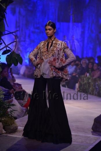 Anamika-Khanna-at-PCJ-Delhi-Couture-Week-2013-20
