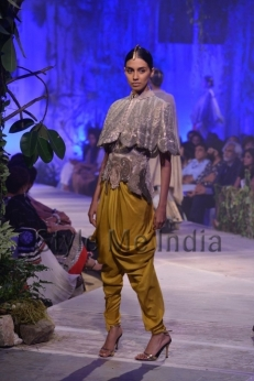 Anamika-Khanna-at-PCJ-Delhi-Couture-Week-2013-30