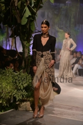 Anamika-Khanna-at-PCJ-Delhi-Couture-Week-2013-9