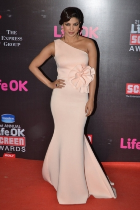 Priyanka-Chopra-in-Gauri-and-Nainika-Screen-Awards-2015