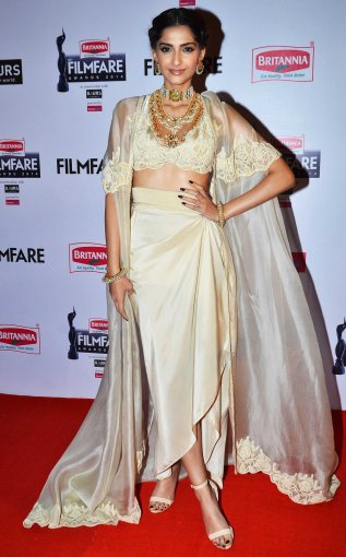 sonam-kapoor-graces-the-red-carpet-at-the-60th-britannia-filmfare-awards (1)